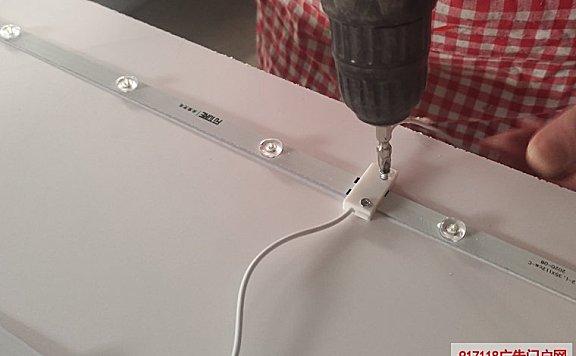 LED灯条怎么固定在灯箱背板上