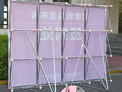 拉网展架是如何组装的呢